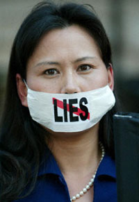 A Hong Kong woman protests the Chinese government's response to SARS