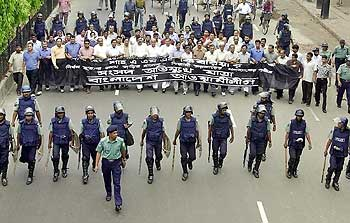 Policemen escort activists from the Bangladesh main opposion party Awami League