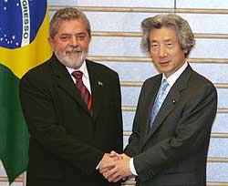 Brazilian President Luis Inacio Lula da Silva (left) shakes hands with Japanese Prime Minister Junichiro Koizumi